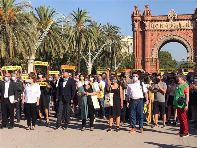 Unes 200 persones acompanyen els exmembres de la Mesa del Parlament davant el TSJC, el 21 de juliol del 2020.
