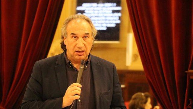 El conseller de Educación, Universidad e Investigación, Martí March, en el pleno del Parlament.