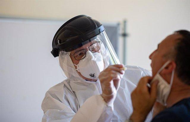 Un metge pren mostres a Güetersloh (Alemanya).