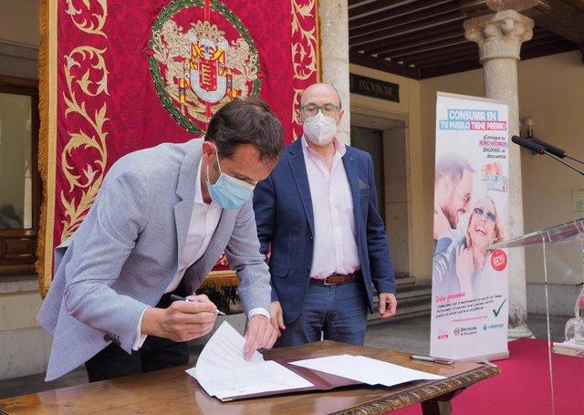 Conrado Íscar firma el convenio junto Jesús Herreras.