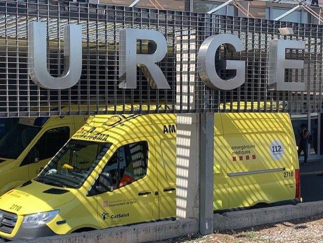 Una ambulància a l'àrea d'urgències de l'Hospital Universitari Arnau de Vilanova de Lleida, aquest dimecres