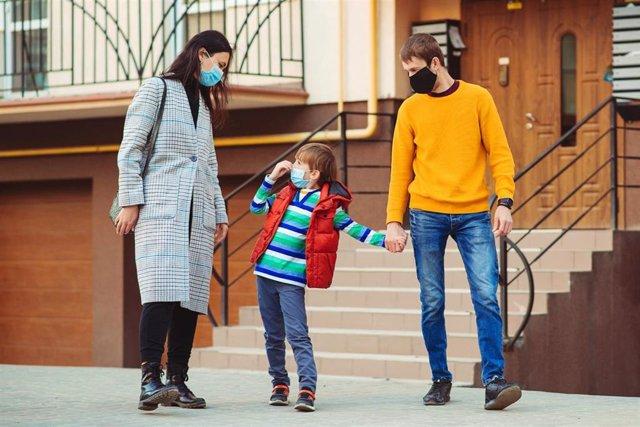 Familia paseando con mascarillas