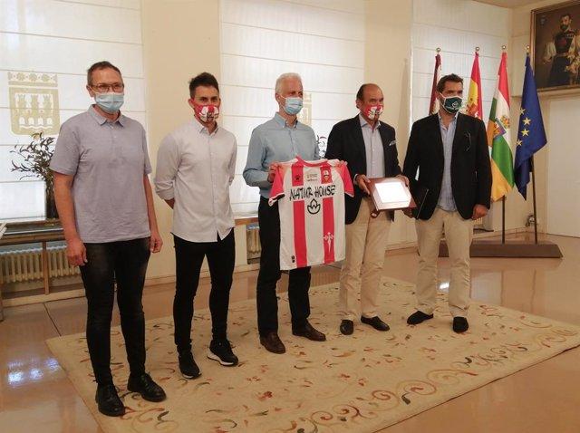 Fútbol.- El presidente del Logroñés anuncia que la mitad de la plantilla continu