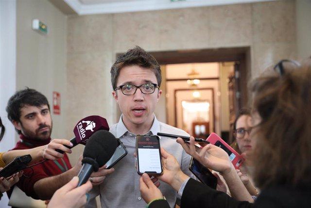 El diputado de Más País Íñigo Errejón ofrece declaraciones a los medios de comunicación en los pasillos del Congreso