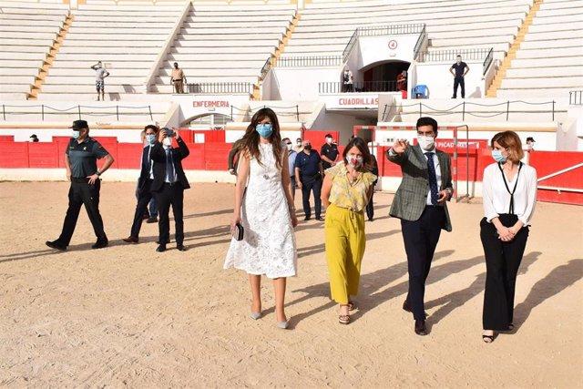 La secretaria de Estado de Migraciones, Hana Jalloul, visita el centro de acogida instalado en la Plaza de Toros de Melilla