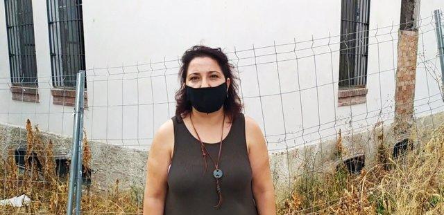 Alicia Moya ante las obras paralizadas del centro de emergencia habitacional.
