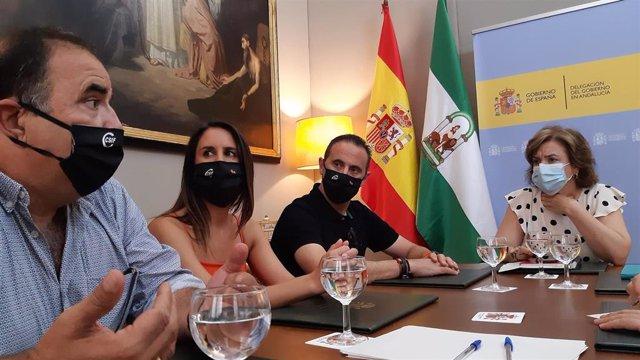 Imagen del encuentro de la delegada del Gobierno, Sandra García, con una representación de CSIF Andalucía, encabezada por su presidente, Germán Girela.