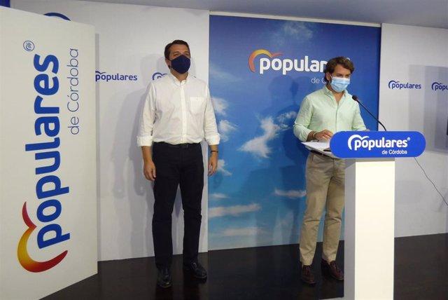 El vicesecretario de Acción Municipal del PP cordobés y alcalde de Córdoba, José María Bellido (izda.), y el senador y alcalde de Cabra (Córdoba), Fernando Priego, en rueda de prensa