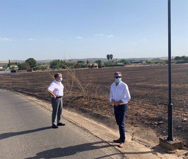 El presidente de la GMU, Salvador Fuentes (izda.), y el delegado de Seguridad, Miguel Ángel Torrico, visitan la zona afectada por los incendios