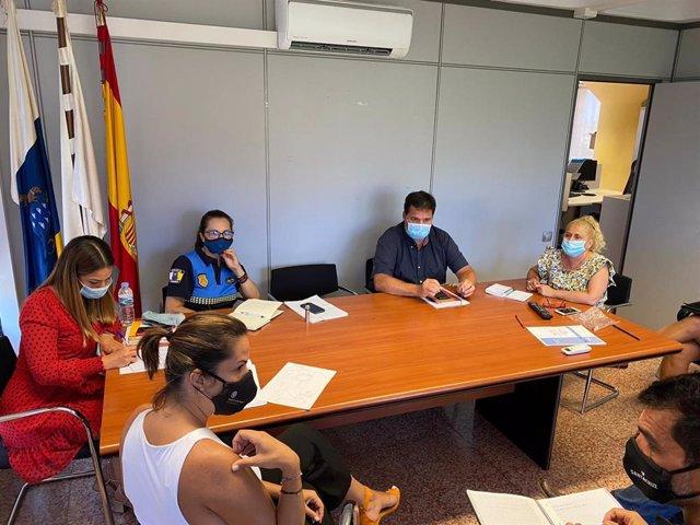 La segunda teniente de alcalde y concejal de Seguridad Ciudadana, Vial y Movilidad del Ayuntamiento de Santa Cruz de Tenerife, Evelyn Alonso, preside una reunión para abordar los problemas de acceso a la playa de Las Teresitas