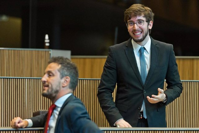 El conseller general socialdemòcrata, Roger Padreny, de vaig piular darrere del president del grup parlamentari socialdemòcrata, Pere López.