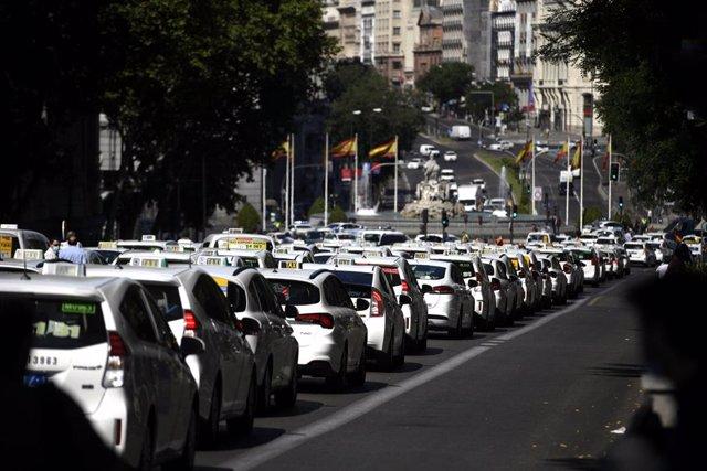 Taxistas permanecen estacionados en vías cercanas a la Puerta de Alcalá durante una macroconcentración de vehículos convocada por la Federación Profesional del Taxi de Madrid y Élite Taxi, en Madrid (España).