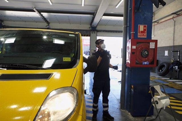 Un vehículo pasando la ITV.