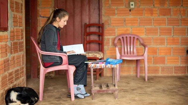 Niña paraguaya estudia a distancia durante la pandemia de coronavirus