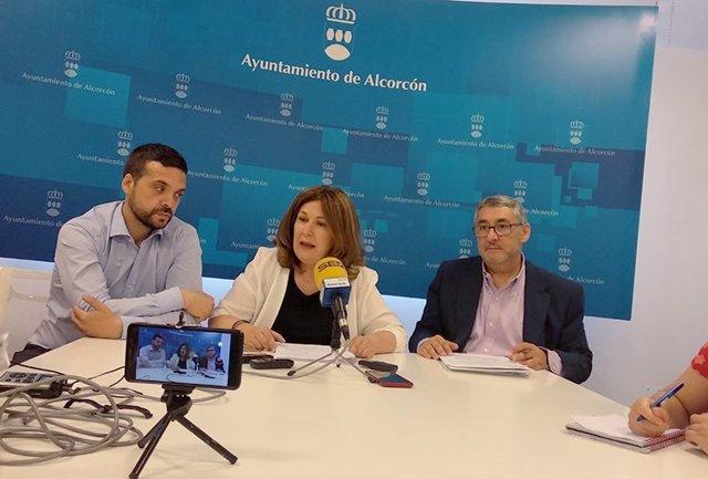 La alcaldesa de Alcorcón, Natalia de Andrés, y el concejal de Seguridad, Organización Interna y Atención Ciudadana, Daniel Rubio, en rueda de prensa.
