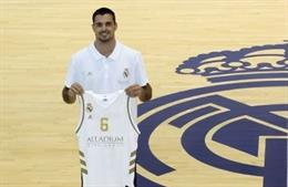 Abalde posa con la camiseta del Real Madrid