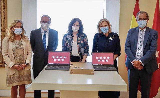 La presidenta de la Comunidad de Madrid, Isabel Díaz Ayuso,  y la presidenta y  fundadora de la Fundación AGH, Anna Gamazo Hohenlohe, en la entrega de 1.500 ordenadores para alumnos sin recursos