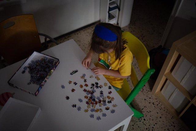 Una niña juega en su domicilio de Barcelona . En Barcelona, Cataluña, (España), a 25 de abril de 2020.