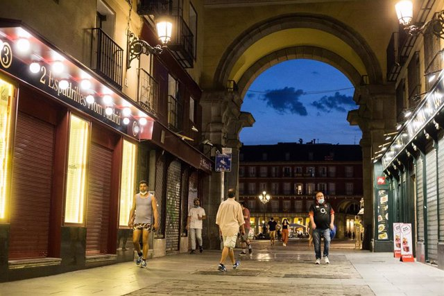 Varias personas pasean por la los soportales de la Plaza Mayor de Madrid durante el primer fin de semana de fase 1 de desescalada por la pandemia de coronavirus COVID19. En Madrid, España, a 29 de mayo de 2020.