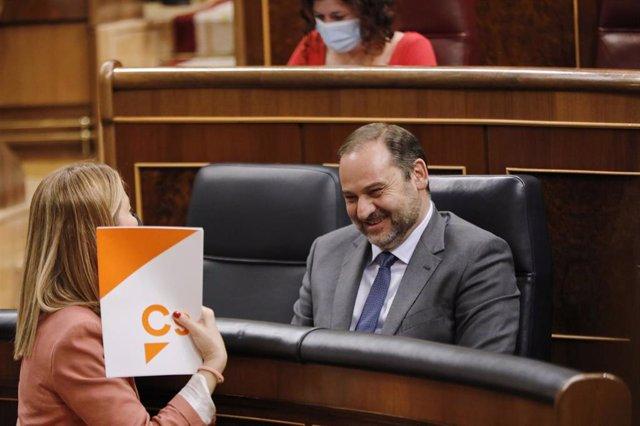 El ministro de Transportes, Movilidad y Agenda Urbana, José Luis Ábalos, sonríe a la diputada de Ciudadanos María Muñoz durante un pleno en el Congreso .