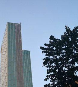 Un escalador en la teulada de l'Hotel Melià Barcelona Sky