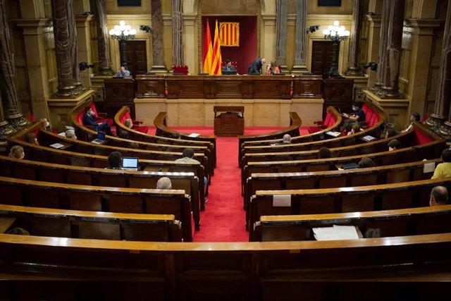 Diputados en el Parlamento catalán durante la segunda sesión plenaria monográfica sobre la gestión de las residencias para personas mayores y para personas con discapacidad durante la pandemia del COVID-19, en Barcelona, Catalunya (España), a 8 de julio d