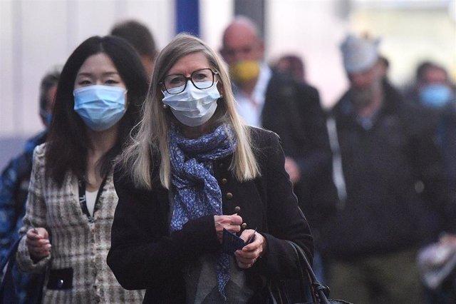 Personas con mascarilla en Londres durante la pandemia de coronavirus en Reino Unido