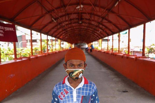 Un niño con mascarilla en la capital de Bangladesh, Daca, durante la pandemia de coronavirus
