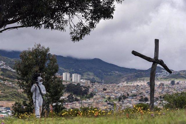 Una persona con traje de protección por el coronavirus en el Crematorio de Serafín de Bogotá