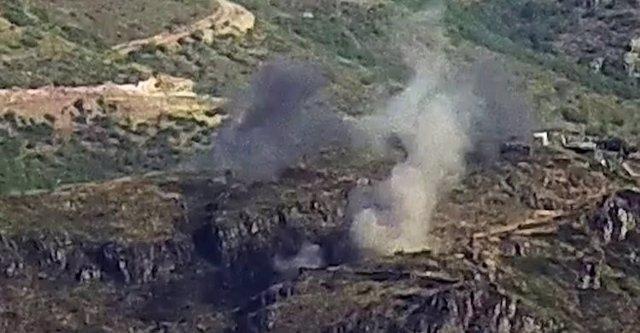 Lugar bombardeado por las fuerzas armenias tras un ataque de las fuerzas azeríes en la frontera entre ambos países