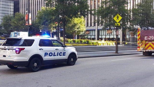 Un coche de la Policía tras un tiroteo en Cincinnati (EEUU)