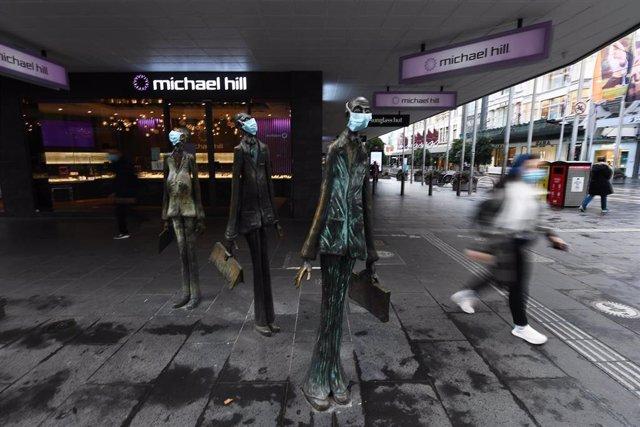 Dos esculturas con mascarilla en Melbourne, capital del estado de Victoria y la segunda ciudad más poblada de Australia