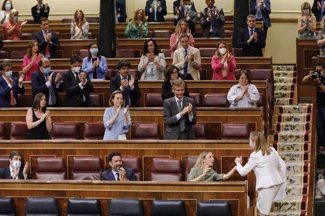 Los diputados del PP aplauden a a vicepresidenta segunda del Congreso y diputada del PP, Ana Pastor -que estrecha la mano de Cayetana Álvarez de Toledo- tras su intervención en una sesión plenaria en el Congreso de los Diputados, en Madrid (España), a 21