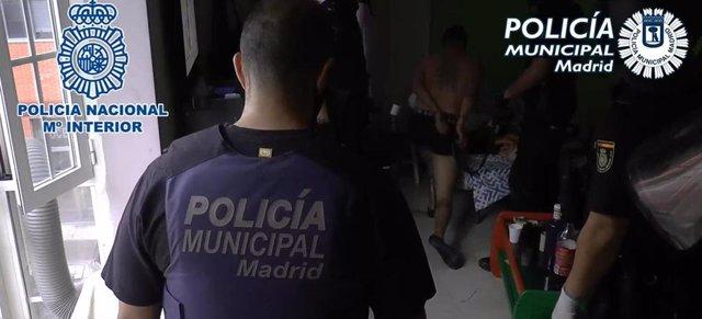 Agentes de Policía Municipal de Madrid y Policía Nacional desmantelan tres 'narcopisos' en el distrito de Tetuán.