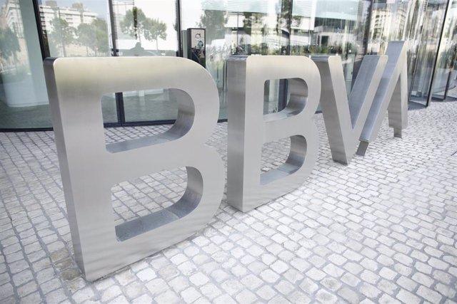 Nuevo logo del BBVA a las puertas de su sede en Madrid.
