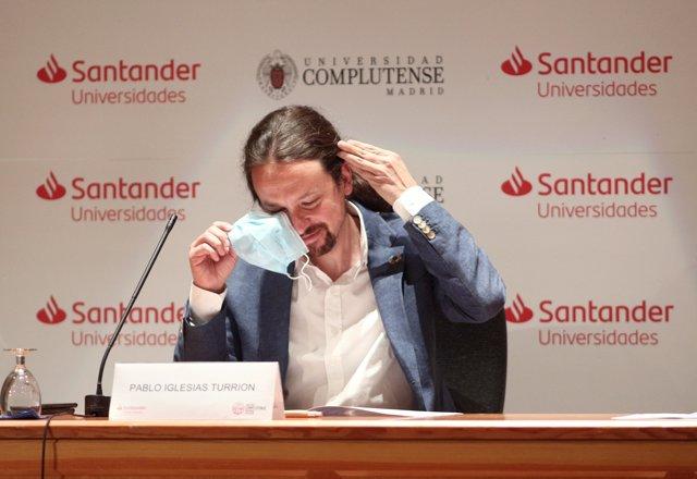 El vicepresidente segundo del Gobierno, ministro de Derechos Sociales y Agenda 2030, Pablo Iglesias,  se quita la mascarilla antes de intervenir en la ponencia 'La centralidad del objetivo no 10: reducción de las desigualdades'.