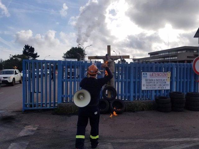 Protesta de trabajadores de Alcoa con la quema de un muñeco del presidente de Alcoa