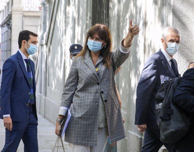 La portavoz de Junts per Catalunya en el Congreso, Laura Borràs, saluda con la mano a su llegada al Tribunal Supremo, en Madrid (España), a 22 de julio.