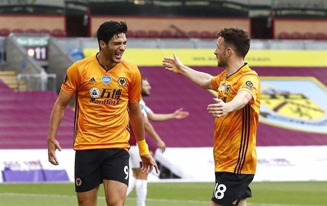 Raúl Jiménez celebra un gol con el Wolwerhampto