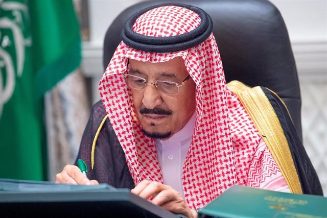 El rey Salmán de Arabia Saudí dirige una reunión de Gobierno desde el hospital