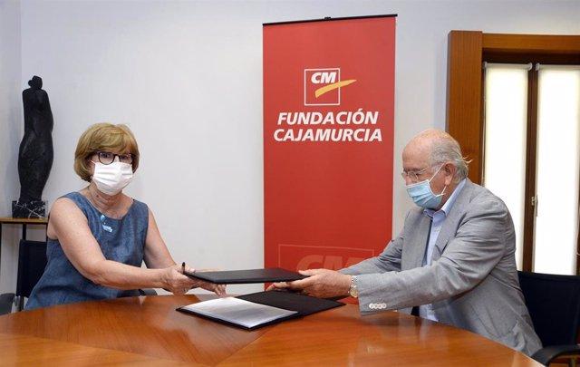 El presidente de la Fundación Cajamurcia y consejero de Bankia, Carlos Egea, y la presidenta de Unicef Comité Autonómico de Murcia, Amparo Marzal, firman el acuerdo