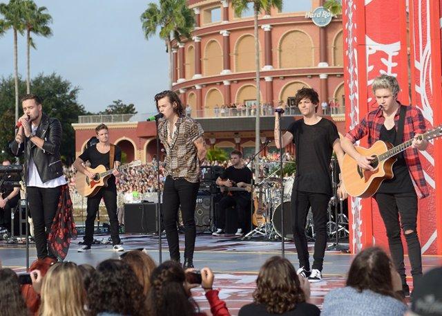 One Direction se ha convertido en todo un icono para los adolescentes, pero también quieren acercarse a su público más jóvenes por eso la 'boy band' realizó una visita al estudio de Barrio Sésamo.