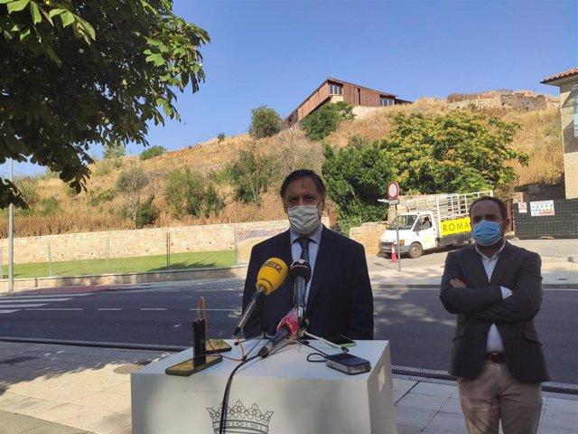 El alcalde de Salamanca atiende a los medios de comunicación junto al concejal Daniel Llanos delante del Cerro de San Vicente.