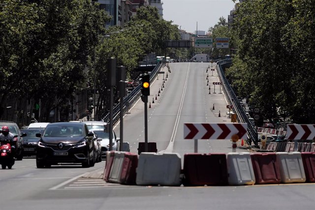 Tráfico junto al puente que une las calles de Joaquín Costa y Francisco Silvela sobre la glorieta de López de Hoyos y Príncipe de Vergara.