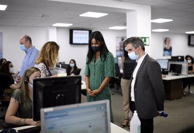 La vicealcaldesa de Madrid, Begoña Villacís, y el delegado del Área de Familias, Igualdad y Bienestar Social, Pepe Aniorte, visitan un centro de atención telefónica del Servicio de Teleasistencia Domiciliaria Atenzia.