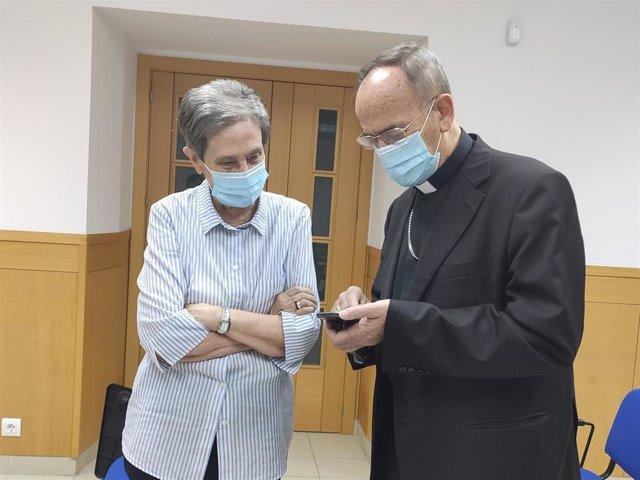 El obispo de Salamanca, Carlos López, junto a la directora de Cáritas Salamanca, Carmen Calzada, este miércoles.