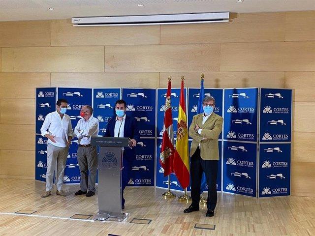 El secretario general del PSOECyL, Luis Tudanca, junto a los representantes de CCOO, UGT y Cecale.