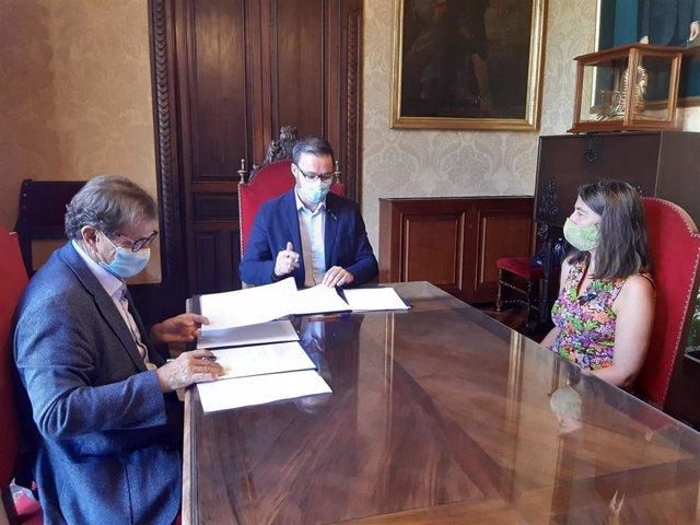 El alcalde de Palma, Jose Hila, y el rector de la UIB, Llorenç Huguet, firman un protocolo de colaboración