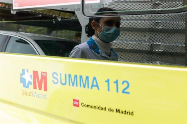 Reflejo de una sanitaria en un cristal de la ambulancia del SUMMA 112.