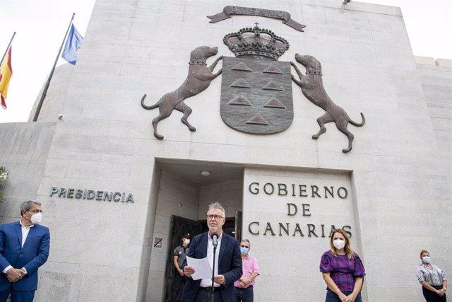 El presidente de Canarias, Ángel Víctor Torres, lee el manifiesto frente a la sede de Presidencia en Las Palmas de Gran Canaria